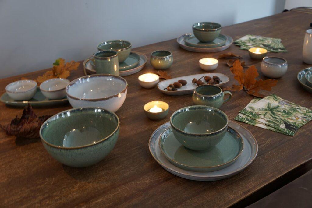 gedekte herfsttafel met servies en kaarsjes