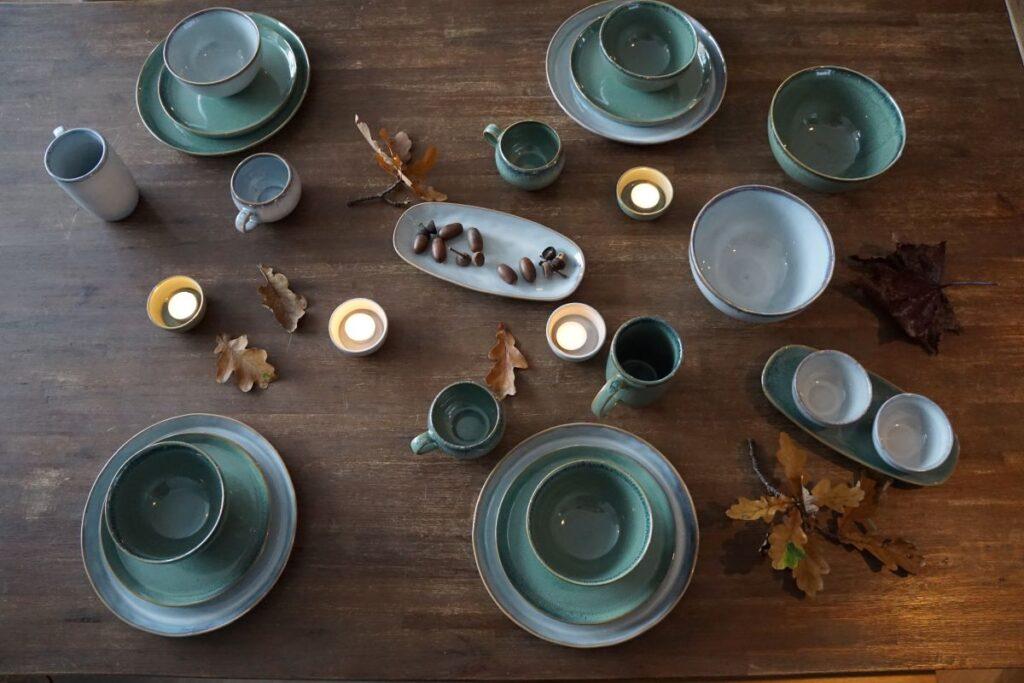 Herfsttafel met servies en theelichtjes